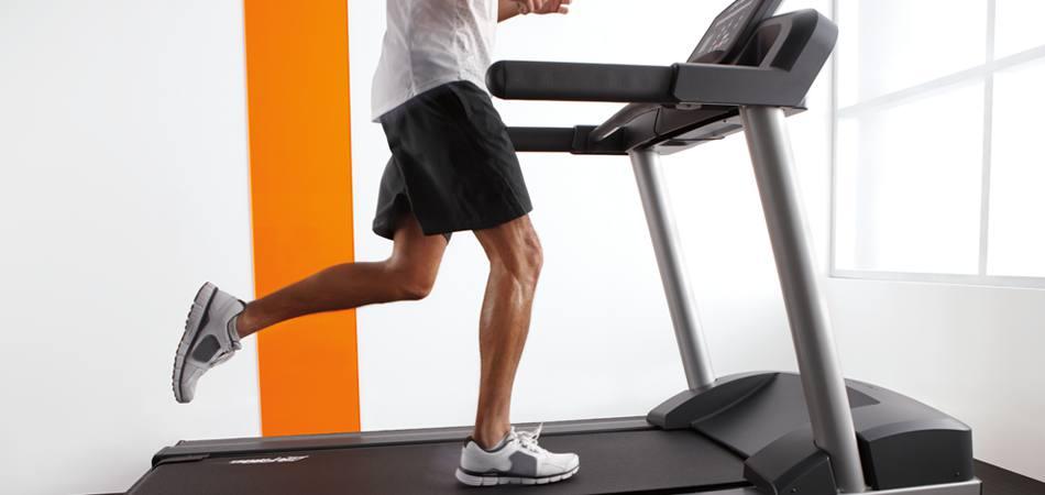Мъж тича на бягаща пътека Activate в домашни условия